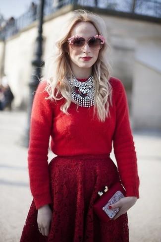 Wie kombinieren: roter Pullover mit einem Rundhalsausschnitt, roter ausgestellter Rock aus Spitze, rote Clutch, rosa Sonnenbrille