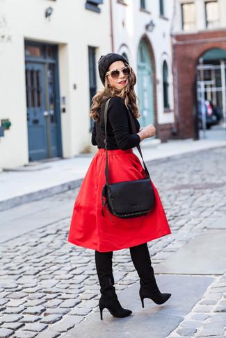 Wie kombinieren: schwarzer Pullover mit einem Rundhalsausschnitt, roter ausgestellter Rock, schwarze kniehohe Stiefel aus Wildleder, schwarze Leder Umhängetasche