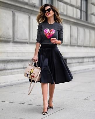 Wie kombinieren: dunkelgrauer verzierter Pullover mit einem Rundhalsausschnitt, schwarzer ausgestellter Rock, hellbeige Pumps aus Kalbshaar mit Leopardenmuster, hellbeige bedruckte Satchel-Tasche aus Leder