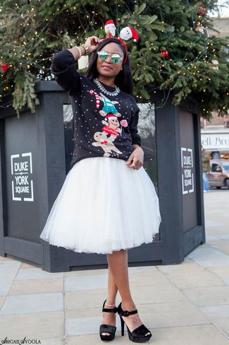 Grüne Sonnenbrille kombinieren – 89 Damen Outfits: Tragen Sie einen schwarzen Pullover mit einem Rundhalsausschnitt mit Weihnachten Muster zu einer grünen Sonnenbrille, um ein wunderbares Casual-Outfit zu erhalten. Schwarze klobige Samt Sandaletten sind eine kluge Wahl, um dieses Outfit zu vervollständigen.