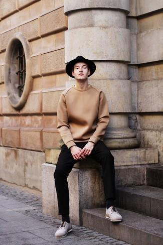 Entscheiden Sie sich für einen klassischen Stil in einem beige Pullover mit einem Rundhalsausschnitt und einer schwarzen Anzughose. Graue wildleder derby schuhe sind eine großartige Wahl, um dieses Outfit zu vervollständigen.