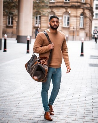 Hellblaue Jeans kombinieren – 500+ Herren Outfits: Vereinigen Sie einen beige Pullover mit einem Rundhalsausschnitt mit hellblauen Jeans für ein sonntägliches Mittagessen mit Freunden. Fühlen Sie sich mutig? Ergänzen Sie Ihr Outfit mit rotbraunen Chelsea Boots aus Leder.