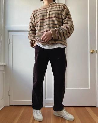 Herren Outfits 2020: Kombinieren Sie einen beige horizontal gestreiften Pullover mit einem Rundhalsausschnitt mit dunkelbraunen Cordjeans für ein bequemes Outfit, das außerdem gut zusammen passt. Vervollständigen Sie Ihr Look mit weißen Segeltuch niedrigen Sneakers.