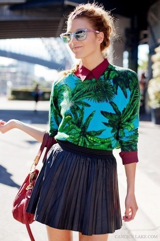 Wie kombinieren: blauer bedruckter Pullover mit einem Rundhalsausschnitt, dunkelrotes Businesshemd, schwarzer Skaterrock aus Leder, rote Shopper Tasche aus Leder