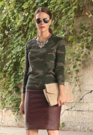 Wie kombinieren: olivgrüner Camouflage Pullover mit einem Rundhalsausschnitt, dunkelroter Leder Bleistiftrock, hellbeige Wildleder Clutch, schwarze Sonnenbrille