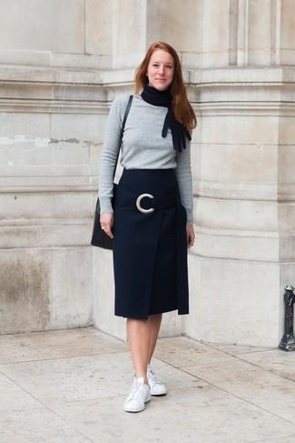 Grauen Pullover mit einem Rundhalsausschnitt kombinieren – 499 Damen Outfits: Probieren Sie diese Paarung aus einem grauen Pullover mit einem Rundhalsausschnitt und einem schwarzen Bleistiftrock, umein lockeres Outfit zu erzielen, der in der Garderobe der Frau auf keinen Fall fehlen darf. Fühlen Sie sich mutig? Entscheiden Sie sich für weißen Leder niedrige Sneakers.