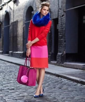 Wie kombinieren: roter Pullover mit einem Rundhalsausschnitt, fuchsia Bleistiftrock, blaue Leder Pumps mit Schlangenmuster, fuchsia Shopper Tasche aus Leder