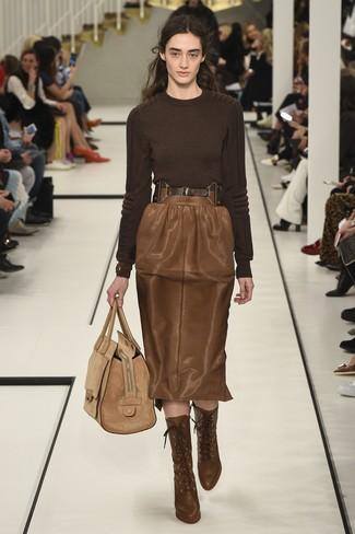 Wie kombinieren: dunkelbrauner Pullover mit einem Rundhalsausschnitt, brauner Leder Bleistiftrock, braune Schnürstiefeletten aus Leder, beige Shopper Tasche aus Wildleder
