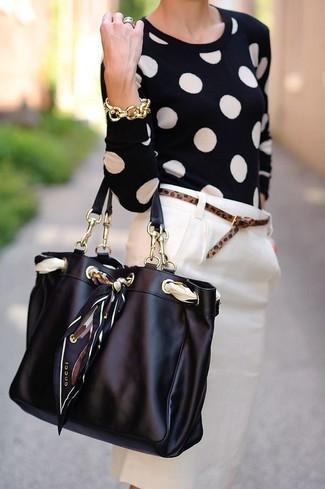 Wie kombinieren: schwarzer gepunkteter Pullover mit einem Rundhalsausschnitt, hellbeige Bleistiftrock, schwarze Shopper Tasche aus Leder, brauner Ledergürtel mit Leopardenmuster