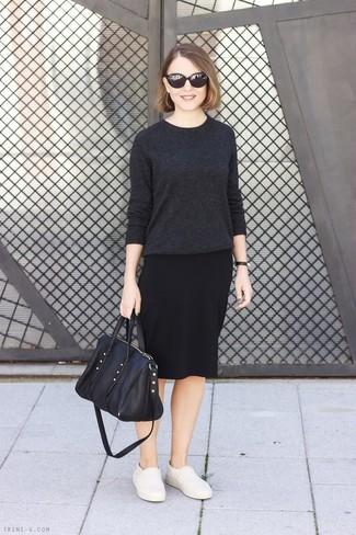 Wie kombinieren: dunkelgrauer Pullover mit einem Rundhalsausschnitt, schwarzer Bleistiftrock, hellbeige Slip-On Sneakers aus Leder, schwarze Shopper Tasche aus Leder