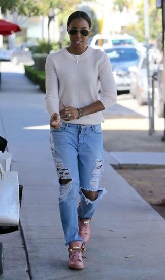 Wie kombinieren: weißer Pullover mit einem Rundhalsausschnitt, hellblaue Boyfriend Jeans mit Destroyed-Effekten, rosa hohe Sneakers aus Leder, schwarze Sonnenbrille