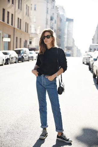 Wie kombinieren: schwarzer Pullover mit einem Rundhalsausschnitt, blaue Boyfriend Jeans, schwarze und weiße Segeltuch niedrige Sneakers, schwarze Leder Umhängetasche