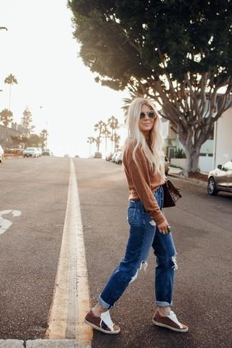 Wie kombinieren: brauner Pullover mit einem Rundhalsausschnitt, blaue Boyfriend Jeans mit Destroyed-Effekten, braune Wildleder niedrige Sneakers, braune bedruckte Satchel-Tasche aus Leder