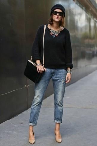 Wie kombinieren: schwarzer Pullover mit einem Rundhalsausschnitt, blaue Boyfriend Jeans, beige Leder Pumps, schwarze Wildleder Umhängetasche