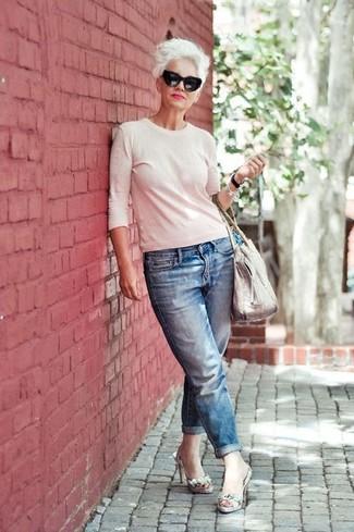 Weißen Pullover mit einem Rundhalsausschnitt kombinieren: trends 2020: Möchten Sie ein wunderbares Alltags-Outfit erhalten, ist diese Paarung aus einem weißen Pullover mit einem Rundhalsausschnitt und blauen Boyfriend Jeans ganz ideal. Graue Leder Sandaletten mit Schlangenmuster sind eine gute Wahl, um dieses Outfit zu vervollständigen.