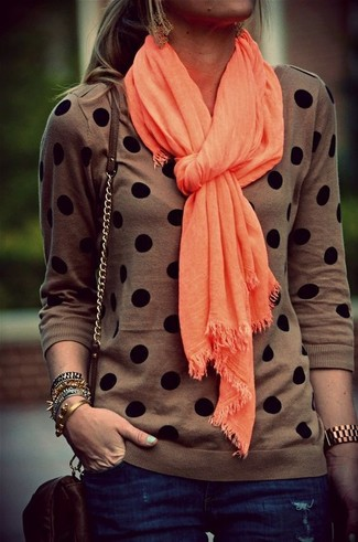 Wie kombinieren: brauner gepunkteter Pullover mit einem Rundhalsausschnitt, dunkelblaue enge Jeans, dunkelbraune Leder Umhängetasche, orange Schal