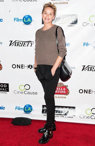 Pullover mit einem rundhalsausschnitt brauner karottenhose schwarze stiefeletten schwarze large 23849