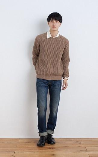 brauner Pullover mit einem Rundhalsausschnitt, weißes Langarmhemd, dunkelblaue Jeans, schwarze Leder Derby Schuhe für Herren