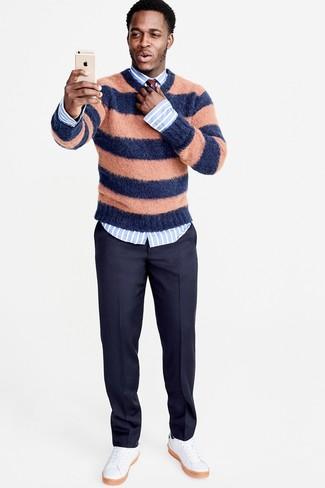 Wie kombinieren: orange horizontal gestreifter Pullover mit einem Rundhalsausschnitt, hellblaues vertikal gestreiftes Businesshemd, dunkelblaue Wollanzughose, weiße Leder niedrige Sneakers