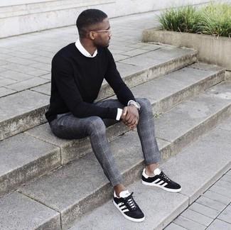 Wie kombinieren: schwarzer Pullover mit einem Rundhalsausschnitt, weißes Businesshemd, graue Anzughose mit Schottenmuster, schwarze und weiße Wildleder niedrige Sneakers
