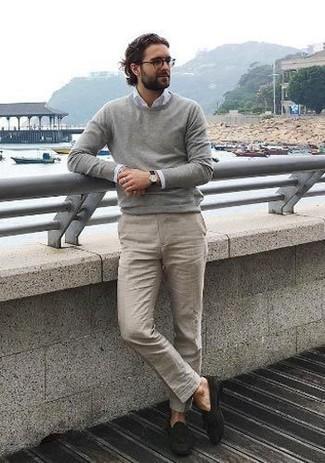 grauer Pullover mit einem Rundhalsausschnitt von Anvil