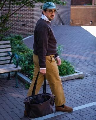 Beige Anzughose kombinieren – 651+ Herren Outfits: Kombinieren Sie einen dunkelbraunen Pullover mit einem Rundhalsausschnitt mit einer beige Anzughose, um vor Klasse und Perfektion zu strotzen. Ergänzen Sie Ihr Look mit braunen Wildleder Slippern.