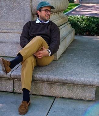 Beige Anzughose kombinieren – 651+ Herren Outfits: Kombinieren Sie einen dunkelbraunen Pullover mit einem Rundhalsausschnitt mit einer beige Anzughose für eine klassischen und verfeinerte Silhouette. Braune Wildleder Slipper fügen sich nahtlos in einer Vielzahl von Outfits ein.
