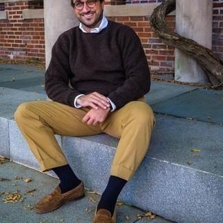 Beige Anzughose kombinieren – 651+ Herren Outfits: Erwägen Sie das Tragen von einem dunkelbraunen Pullover mit einem Rundhalsausschnitt und einer beige Anzughose für einen stilvollen, eleganten Look. Vervollständigen Sie Ihr Look mit braunen Wildleder Slippern.