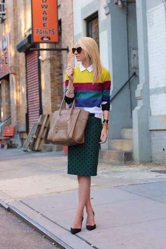 Wie kombinieren: mehrfarbiger horizontal gestreifter Pullover mit einem Rundhalsausschnitt, weißes Businesshemd, dunkelgrüner gepunkteter Bleistiftrock, schwarze Wildleder Pumps