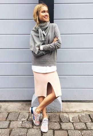 Wie kombinieren: grauer Pullover mit einem Rundhalsausschnitt, weißes Businesshemd, rosa Bleistiftrock, rosa Sportschuhe