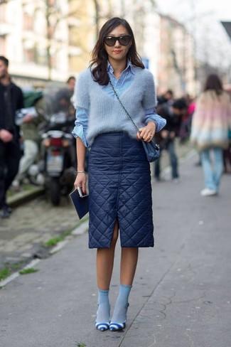 Diese Kombination aus einem grauen mohair pullover mit einem rundhalsausschnitt und hellblauen socken verströmt eine sehr legere und ansprechbare Atmosphäre. Machen Sie Ihr Outfit mit weißen und blauen horizontal gestreiften leder pumps eleganter.