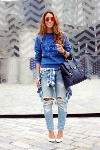 Wie kombinieren: blauer bedruckter Pullover mit einem Rundhalsausschnitt, weißes und blaues Businesshemd mit Schottenmuster, hellblaue Boyfriend Jeans mit Destroyed-Effekten, weiße Leder Pumps