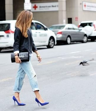 Grauen Pullover mit einem Rundhalsausschnitt kombinieren – 499 Damen Outfits: Ein grauer Pullover mit einem Rundhalsausschnitt und hellblaue Boyfriend Jeans mit Destroyed-Effekten sind lässige Must-Haves, die Ihrer Garderobe einen einzigartigen Charakter verleihen. Ergänzen Sie Ihr Look mit blauen Wildleder Pumps.