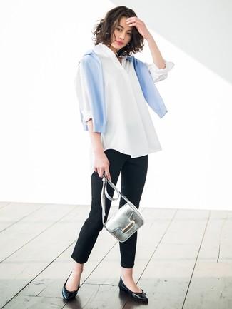Silberne Leder Umhängetasche kombinieren: trends 2020: Mit dieser Kombination aus einem hellblauen Pullover mit einem Rundhalsausschnitt und einer silbernen Leder Umhängetasche werden Sie die ideale Balance zwischen einem Tomboy-Look und zeitgenössische Aussehen schaffen. Fühlen Sie sich mutig? Vervollständigen Sie Ihr Outfit mit schwarzen Leder Ballerinas.