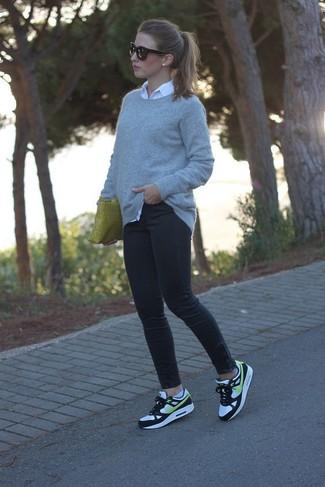 Wie kombinieren: grauer Pullover mit einem Rundhalsausschnitt, weißes Businesshemd, schwarze enge Jeans, weiße und schwarze Sportschuhe