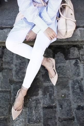 Wie kombinieren: rosa Pullover mit einem Rundhalsausschnitt, hellblaues vertikal gestreiftes Businesshemd, weiße enge Jeans, hellbeige Wildleder Ballerinas