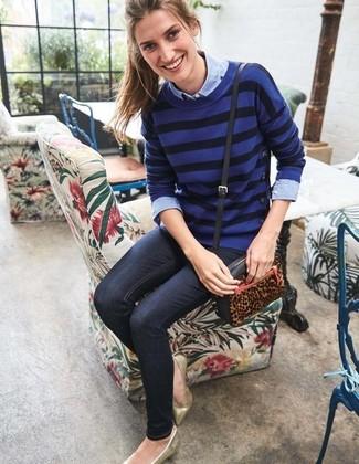 Wie kombinieren: blauer horizontal gestreifter Pullover mit einem Rundhalsausschnitt, hellblaues Chambray Businesshemd, dunkelblaue enge Jeans, goldene Leder Ballerinas