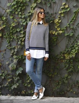 Wie kombinieren: dunkelblauer und weißer Pullover mit einem Rundhalsausschnitt mit Vichy-Muster, weißes Businesshemd, hellblaue enge Jeans, weiße Leder Slipper