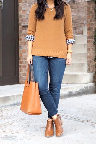 Wie kombinieren: beige Pullover mit einem Rundhalsausschnitt, dunkelblaues und weißes Businesshemd mit Vichy-Muster, blaue enge Jeans, braune Chelsea-Stiefel aus Leder