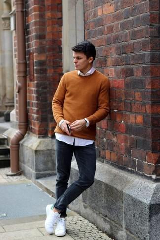 Wie kombinieren: senf Pullover mit einem Rundhalsausschnitt, weißes Businesshemd, schwarze enge Jeans, weiße Segeltuch niedrige Sneakers