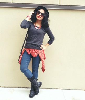 Grauen Pullover mit einem Rundhalsausschnitt kombinieren – 499 Damen Outfits: Mit dieser Paarung aus einem grauen Pullover mit einem Rundhalsausschnitt und blauen engen Jeans werden Sie die perfekte Balance zwischen geradlinigem Tomboy-Look und zeitgenössische Aussehen treffen. Wenn Sie nicht durch und durch formal auftreten möchten, wählen Sie schwarzen flache Stiefel mit einer Schnürung aus Leder.