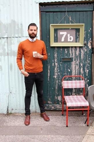 Wie kombinieren: rotbrauner Pullover mit einem Rundhalsausschnitt, weißes Businesshemd, schwarze enge Jeans, dunkelrote Leder Oxford Schuhe