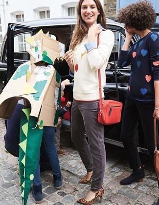 Wie kombinieren: weißer bedruckter Pullover mit einem Rundhalsausschnitt, hellblaues Businesshemd, graue Jeans, braune Leder Pumps mit Leopardenmuster