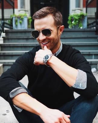 Wie kombinieren: schwarzer Pullover mit einem Rundhalsausschnitt, weißes und dunkelblaues vertikal gestreiftes Businesshemd, dunkelblaue Jeans, schwarze Sonnenbrille
