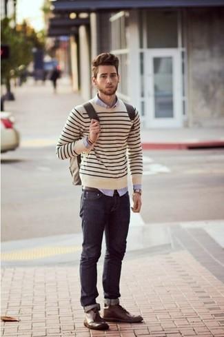 Wie kombinieren: hellbeige horizontal gestreifter Pullover mit einem Rundhalsausschnitt, hellviolettes Businesshemd, dunkelblaue Jeans, dunkelbraune Chukka-Stiefel aus Leder