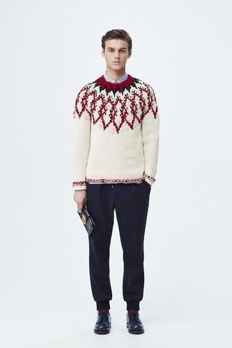 Wie kombinieren: weißer Pullover mit einem Rundhalsausschnitt mit Fair Isle-Muster, hellblaues Businesshemd, dunkelblaue Jogginghose, dunkelblaue Leder Derby Schuhe