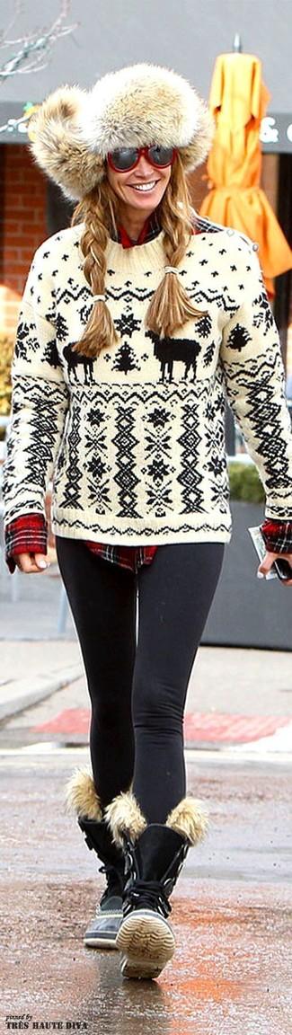 Wie kombinieren: weißer und schwarzer Pullover mit einem Rundhalsausschnitt mit Fair Isle-Muster, rotes Businesshemd mit Schottenmuster, schwarze Leggings, schwarze flache Stiefel mit einer Schnürung aus Wildleder
