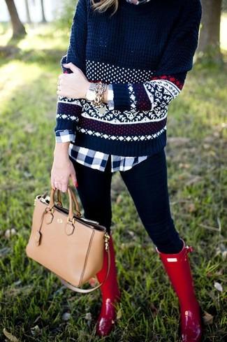 Beige Shopper Tasche aus Leder kombinieren – 274 Damen Outfits: Probieren Sie die Kombi aus einem dunkelblauen Pullover mit einem Rundhalsausschnitt mit Norwegermuster und einer beige Shopper Tasche aus Leder, um einen mühelosen Casual-Look zu erzeugen. Fühlen Sie sich ideenreich? Vervollständigen Sie Ihr Outfit mit roten Gummistiefeln.