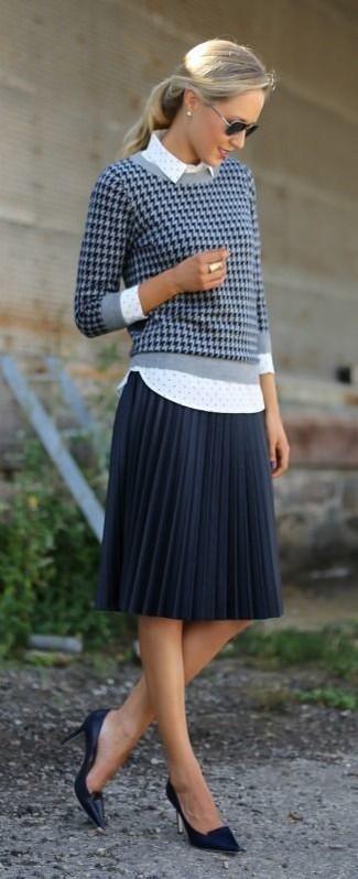 dunkelblauer Pullover mit einem Rundhalsausschnitt mit Hahnentritt-Muster, weißes gepunktetes Businesshemd, dunkelblauer Falten Midirock, schwarze Leder Pumps für Damen