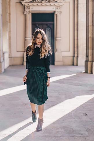 Olivgrünen Pullover mit einem Rundhalsausschnitt kombinieren – 42 Damen Outfits: Die Kombination aus einem olivgrünen Pullover mit einem Rundhalsausschnitt und einem dunkelgrünen Midirock mit Falten schafft die ideale Balance zwischen legerem Casual-Look und modischem Stil. Schwarze Leder Stiefeletten sind eine perfekte Wahl, um dieses Outfit zu vervollständigen.